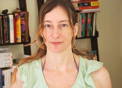 ענת עינהר | סופרת, מבקרת ואמנית רב תחומית